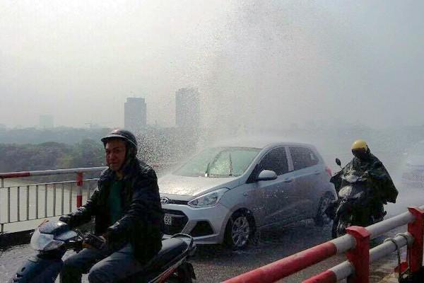Cầu Chương Dương: Vỡ đường ống nước, người đi đường phải mặc áo mưa giữa trời nắng ảnh 1