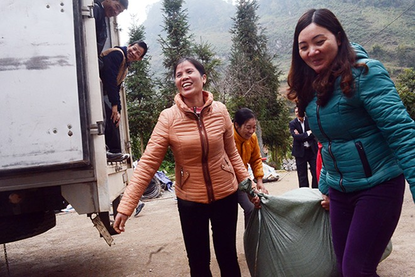 Mang chăn ấm đến với học sinh vùng cao biên giới Hà Giang ảnh 10