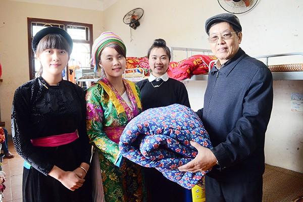 Mang chăn ấm đến với học sinh vùng cao biên giới Hà Giang ảnh 6