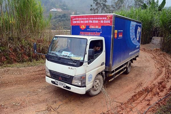 Mang chăn ấm đến với học sinh vùng cao biên giới Hà Giang ảnh 4