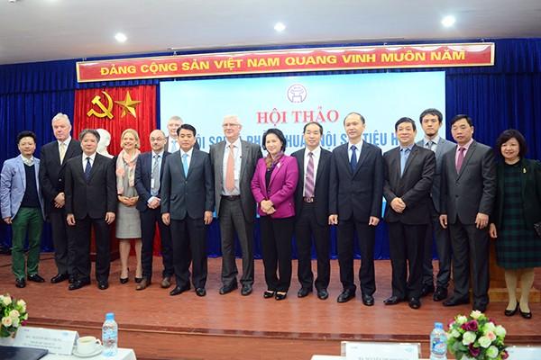 Phó Chủ tịch Quốc hội Nguyễn Thị Kim Ngân, Chủ tịch UBND TP Hà Nội Nguyễn Đức Chung cùng các chuyên gia dự hội thảo