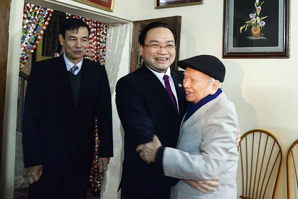 Bí thư Thành ủy Hà Nội Hoàng Trung Hải đến thăm và chúc tết đồng chí Huỳnh Đắc Hương, lão thành cách mạng