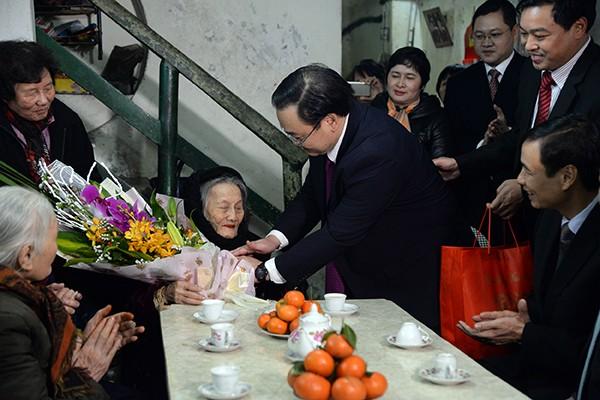 Bí thư Thành ủy Hoàng Trung Hải thăm hỏi, chúc Tết Mẹ Việt Nam Anh hùng Trần Thị Lạc