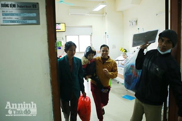 Cảm động chuyến xe tình nghĩa đưa bệnh nhân nhi về quê ăn tết ảnh 4