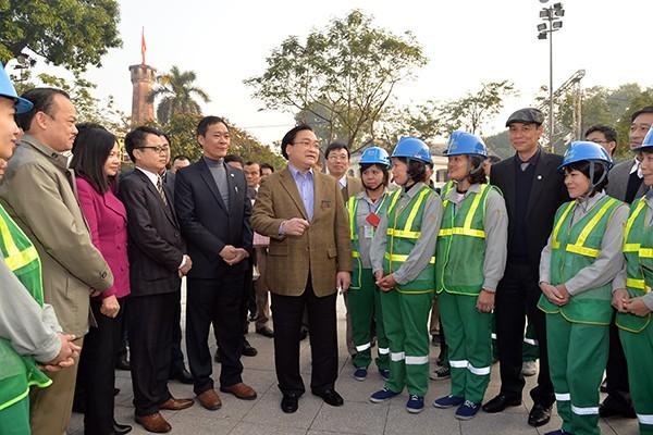Bí thư Thành ủy Hoàng Trung Hải trò chuyện động viên cán bộ, công nhân tổ Hoàng Diệu, Xí nghiệp Môi trường Đô thị số 1