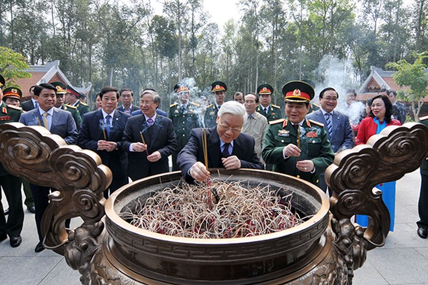 Tổng Bí thư Nguyễn Phú Trọng trồng cây nhớ ơn Bác Hồ tại Khu di tích K9, Ba Vì ảnh 1