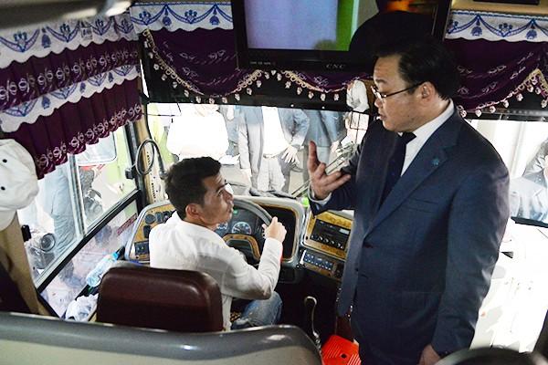 Bí thư Thành ủy Hoàng Trung Hải trò chuyện, động viên lái xe khách tại bến xe Mỹ Đình