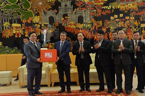 Bí thư Thành ủy Hoàng Trung Hải tặng quà động viên cán bộ, công nhân viên Cảng Hàng không quốc tế Nội Bài