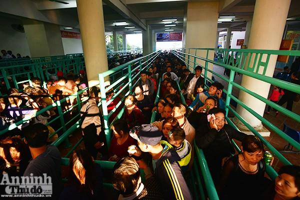 Những hình ảnh ấn tượng tại ngày khai hội chùa Hương ảnh 13