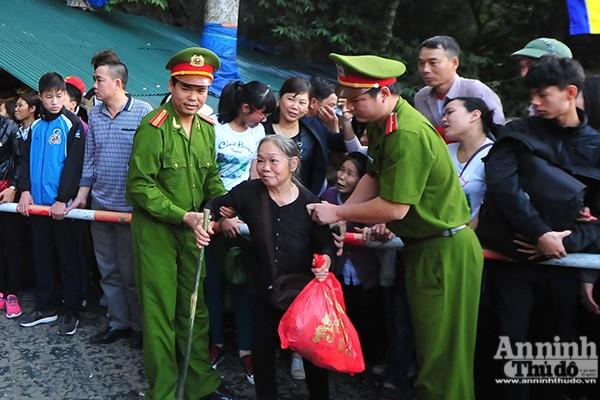 Những hình ảnh ấn tượng tại ngày khai hội chùa Hương ảnh 14