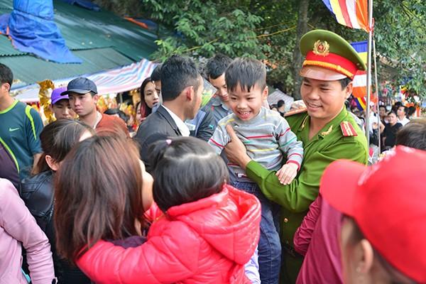 Những hình ảnh ấn tượng tại ngày khai hội chùa Hương ảnh 9