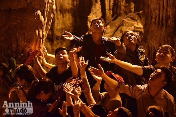 Những hình ảnh ấn tượng tại ngày khai hội chùa Hương ảnh 17