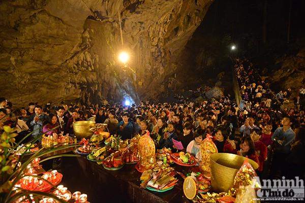 Những hình ảnh ấn tượng tại ngày khai hội chùa Hương ảnh 15