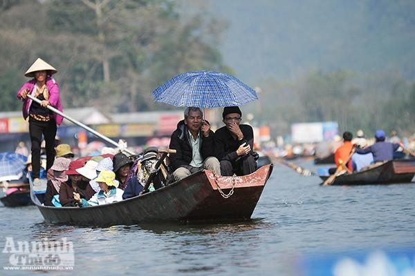 Những hình ảnh ấn tượng tại ngày khai hội chùa Hương ảnh 3