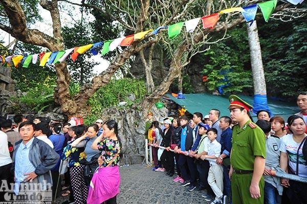 Những hình ảnh ấn tượng tại ngày khai hội chùa Hương ảnh 8
