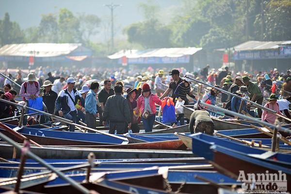 Những hình ảnh ấn tượng tại ngày khai hội chùa Hương ảnh 1