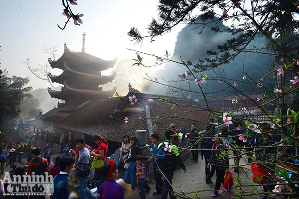 Những hình ảnh ấn tượng tại ngày khai hội chùa Hương ảnh 6