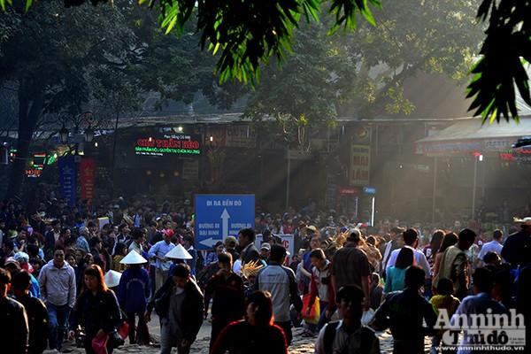 Những hình ảnh ấn tượng tại ngày khai hội chùa Hương ảnh 10