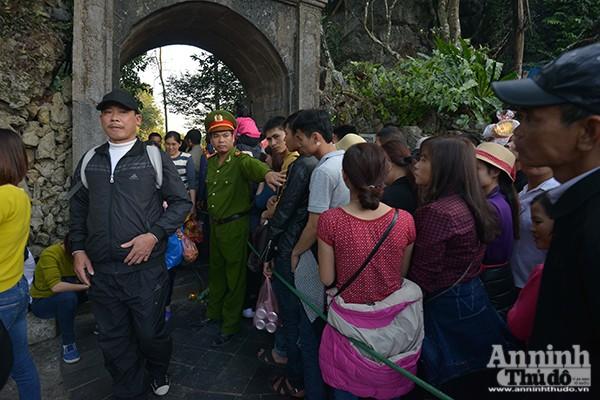 Những hình ảnh ấn tượng tại ngày khai hội chùa Hương ảnh 7