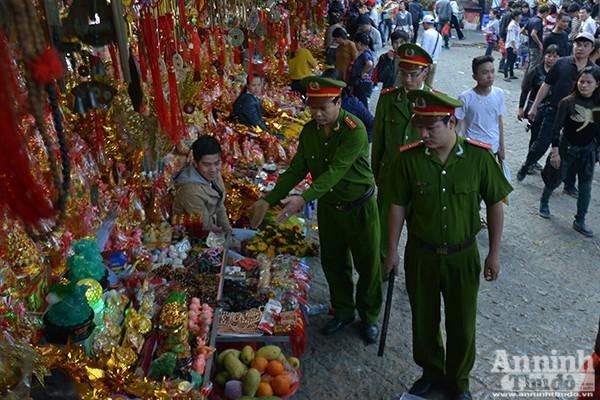 Những hình ảnh ấn tượng tại ngày khai hội chùa Hương ảnh 11