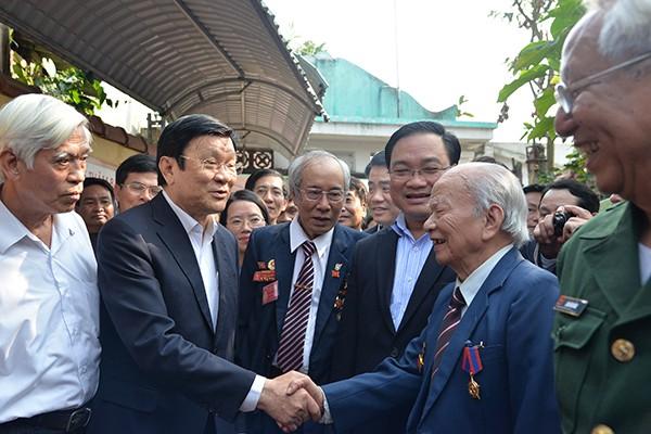 Chủ tịch nước Trương Tấn Sang trò chuyện thân mật các chiến sỹ cách mạng bị địch bắt, tù đầy