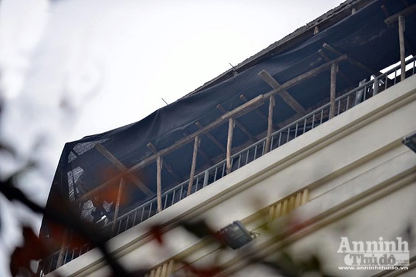Bê tông bỗng nhiên...rơi xuống mái nhà, nhiều người thoát chết ảnh 4