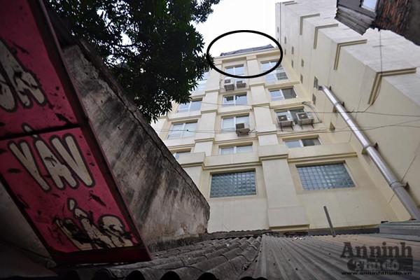 Bê tông bỗng nhiên...rơi xuống mái nhà, nhiều người thoát chết ảnh 3