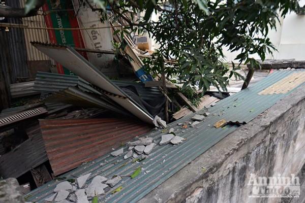 Bê tông bỗng nhiên...rơi xuống mái nhà, nhiều người thoát chết ảnh 2
