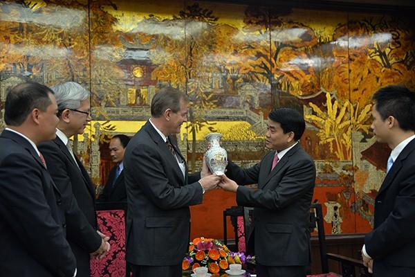 Chủ tịch UBND TP Hà Nội Nguyễn Đức Chung tặng ngài Gary E.Stevenson - Nhóm túc số mười hai vị sứ đồ, bình gốm sứ do nghệ nhân làng nghề Gốm cổ truyền Bát Tràng chế tác