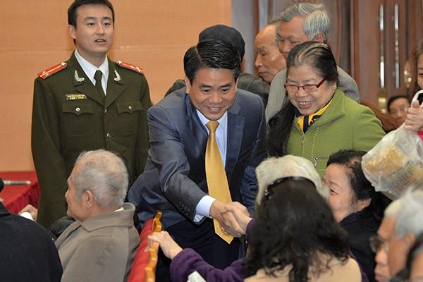 Chủ tịch UBND TP Nguyễn Đức Chung thăm hỏi các hội viên CLB Sỹ quan hưu trí CATP Hà Nội