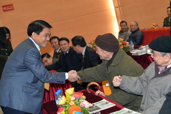 Chủ tịch UBND TP, Giám đốc CATP Hà Nội Nguyễn Đức Chung thăm hỏi các đồng chí nguyên lãnh đạo CATP