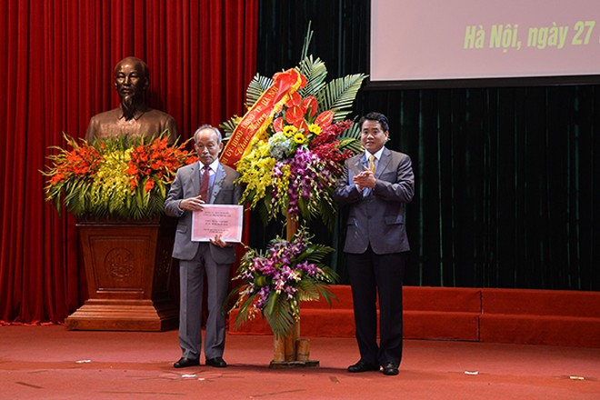 Chủ tịch UBND TP Nguyễn Đức Chung tặng hoa chúc mừng CLB Sỹ quan hưu trí CATP