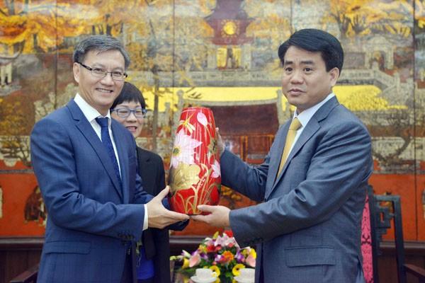 Chủ tịch UBND TP Hà Nội Nguyễn Đức Chung tặng Đại sứ Đặc mệnh toàn quyền nước Cộng hòa Dân chủ Nhân dân Lào tại Việt Nam Thongsavanh Phomvihane sản phẩm thủ công mỹ nghệ của Hà Nội