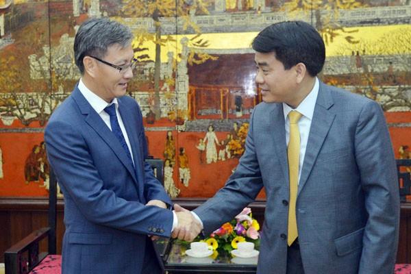 Chủ tịch UBND TP Hà Nội Nguyễn Đức Chung (bên phải) trân trọng đón tiếp Đại sứ Đặc mệnh toàn quyền nước Cộng hòa Dân chủ Nhân dân Lào tại Việt Nam Thongsavanh Phomvihane.