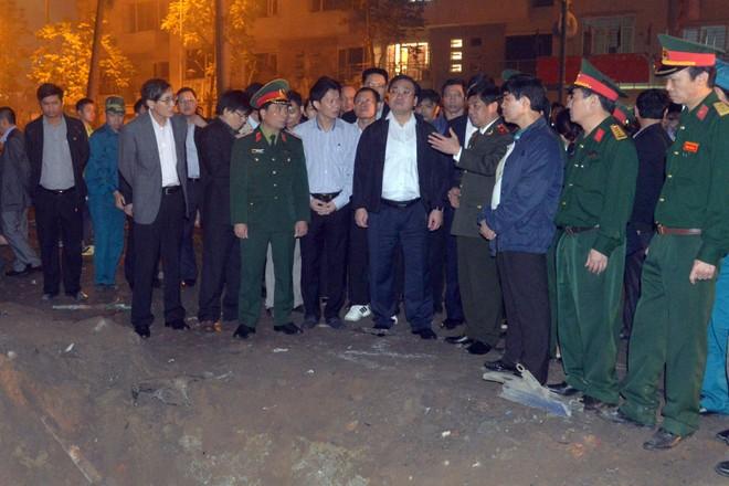Bí thư Thành uỷ Hà Nội Hoàng Trung Hải nghe lực lượng chức năng báo cáo công tác khắc phục hậu quả tại hiện trường vụ nổ