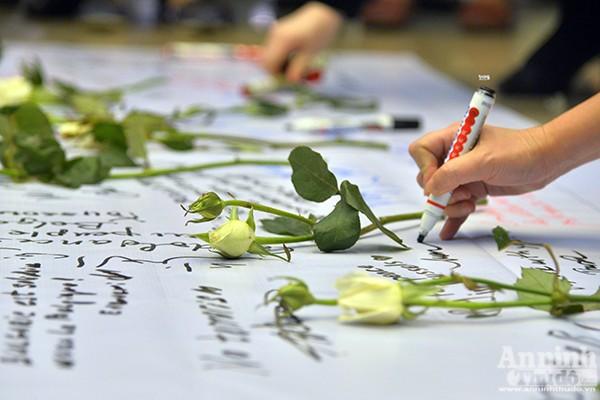 Những ngọn nến lung linh tưởng niệm các nạn nhân vụ khủng bố ở Brussels ảnh 5