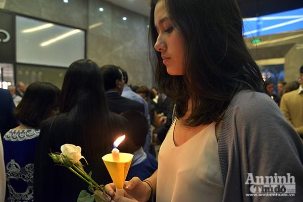 Những ngọn nến lung linh tưởng niệm các nạn nhân vụ khủng bố ở Brussels ảnh 9
