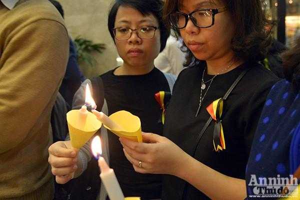 Những ngọn nến lung linh tưởng niệm các nạn nhân vụ khủng bố ở Brussels ảnh 4