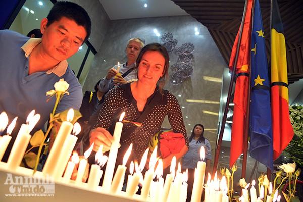 Những ngọn nến lung linh tưởng niệm các nạn nhân vụ khủng bố ở Brussels ảnh 10