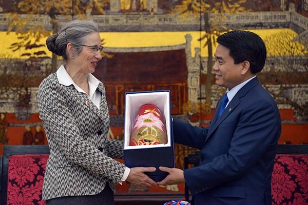 Chủ tịch UBND TP Hà Nội Nguyễn Đức Chung tặng bà Nienke Trooster, Đại sứ Vương quốc Hà Lan đồ thủ công mỹ nghệ do các nghệ nhân Hà Nội chế tác