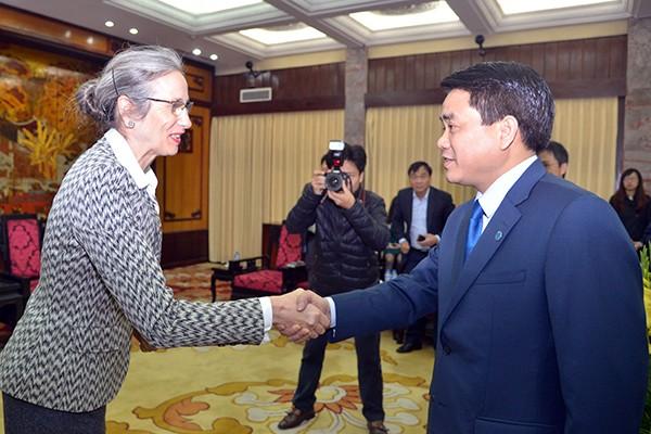Chủ tịch UBND TP Hà Nội Nguyễn Đức Chung đón tiếp bà Nienke Trooster Đại sứ Vương quốc Hà Lan.