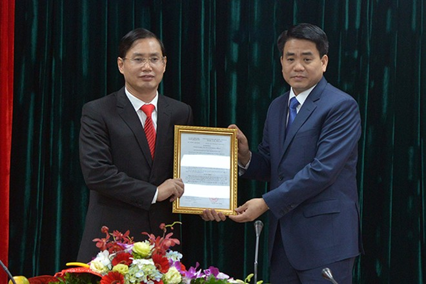 Chủ tịch UBND TP Nguyễn Đức Chung trao quyết định bổ nhiệm ông Nguyễn Văn Tứ, Chủ tịch UBND quận Nam Từ Liêm giữ chức vụ Giám đốc Sở Kế hoạch và Đầu tư
