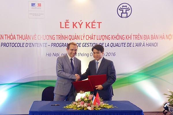 Chủ tịch UBND TP Hà Nội Nguyễn Đức Chung và Đại sứ Pháp tại Việt Nam, ngài Jean-Noël Poirier ký kết biên bản thoả thuận về chương trình quản lý chất lượng không khí tại Hà Nội