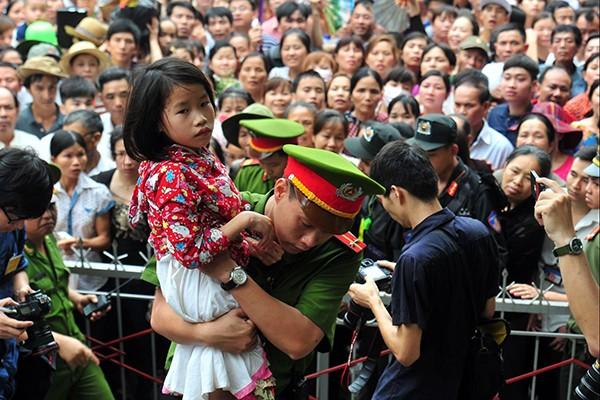 Lực lượng Công an bế các em bé thoát khỏi biển người chen lấn tại đền Hùng ảnh 9