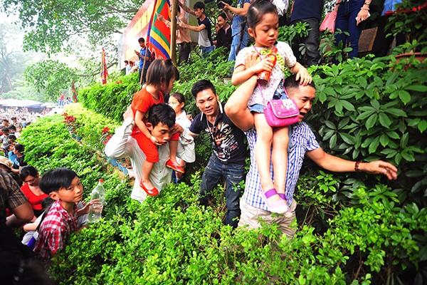 Lực lượng Công an bế các em bé thoát khỏi biển người chen lấn tại đền Hùng ảnh 3