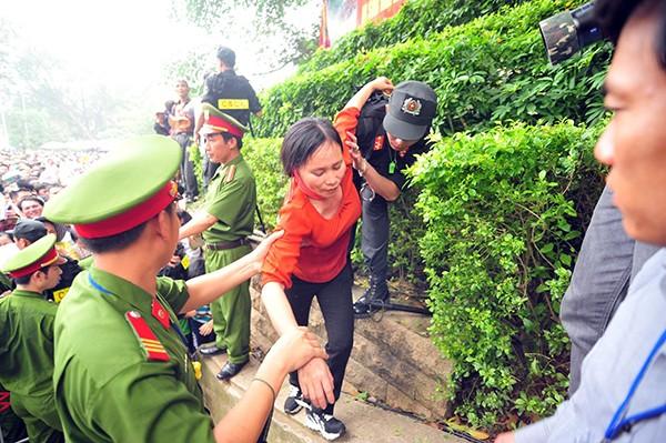 Lực lượng Công an bế các em bé thoát khỏi biển người chen lấn tại đền Hùng ảnh 8