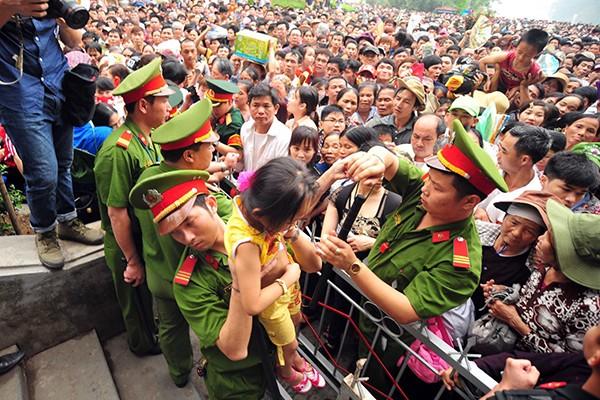 Lực lượng Công an bế các em bé thoát khỏi biển người chen lấn tại đền Hùng ảnh 5