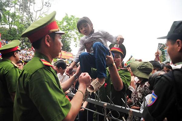 Lực lượng Công an bế các em bé thoát khỏi biển người chen lấn tại đền Hùng ảnh 6
