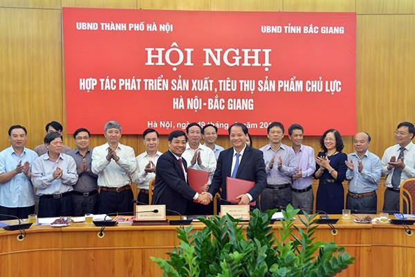 Phó Chủ tịch UBND TP Hà Nội Nguyễn Doãn Toản và Phó Chủ tịch UBND tỉnh Bắc Giang Dương Văn Thái đã ký kết Kế hoạch Hợp tác tạo liên kết chuỗi từ sản xuất đến tiêu thụ các sản phẩm hàng hoá chủ lực
