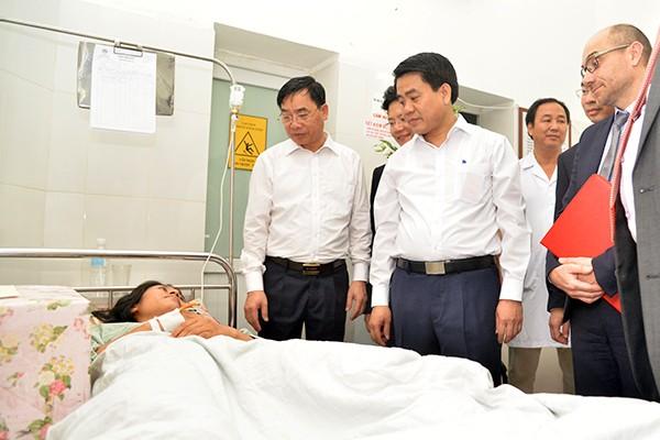 Chủ tịch UBND TP Nguyễn Đức Chung thăm hỏi bệnh nhân được điều trị bằng kỹ thuật nội soi tiên tiến được các Giáo sư Y khoa Pháp chuyển giao